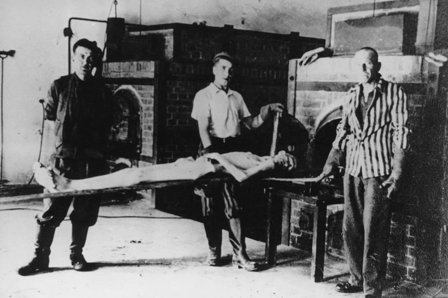 Prisioneiro é incinerado no campo de concentração de Auschwitz - 1943