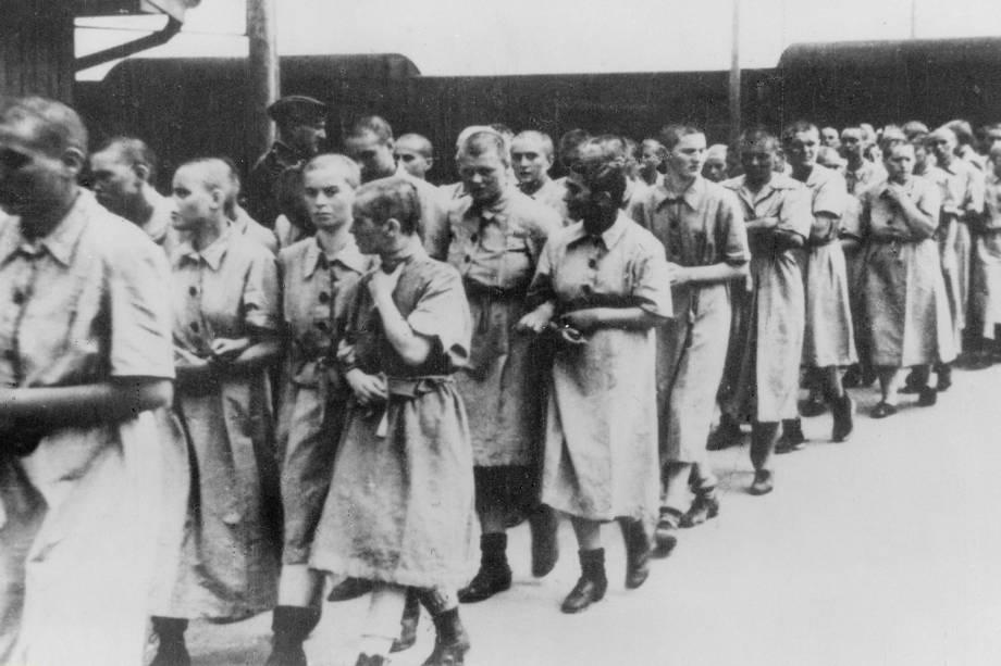 Mulheres aguardam trem rumo ao campo de concentração de Auschwitz - 1944
