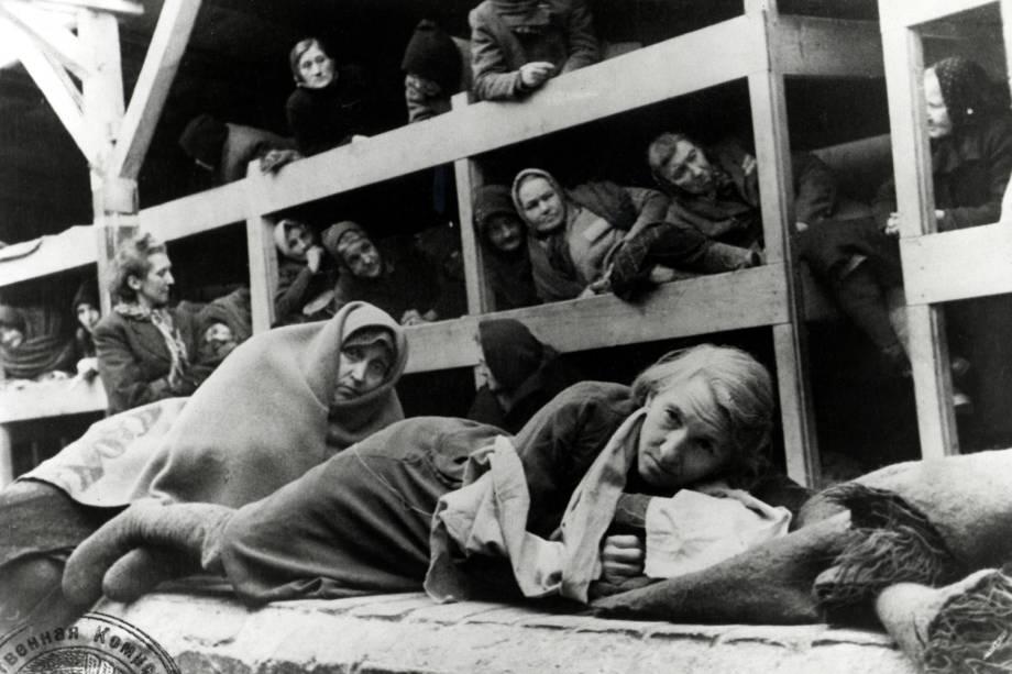 Mulheres no campo de concentração de Auschwitz, na Polônia - 1945