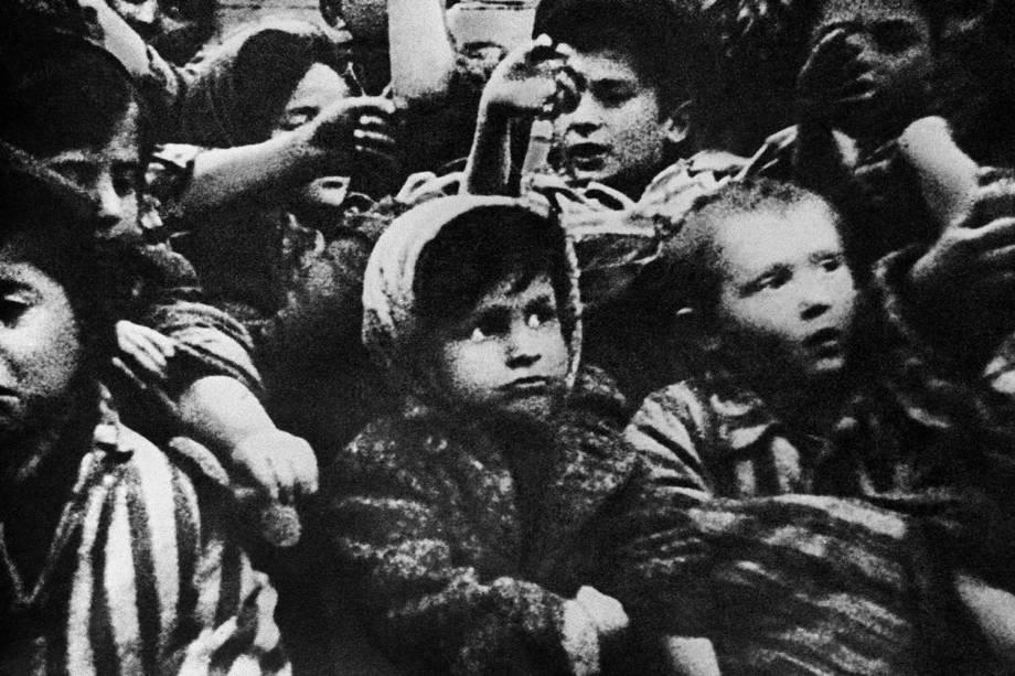 Crianças sobreviventes de Auschwitz mostram marcas feitas no campo de concentração - 15/01/1945