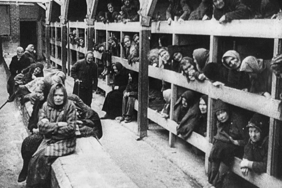 Mulheres prisioneiras no campo de concentração de Auschwitz - 1945