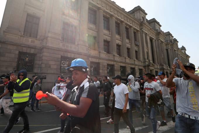 Trabalhadores marcham em frente ao Palácio de Justiça em Lima, Peru – 19/07/2018