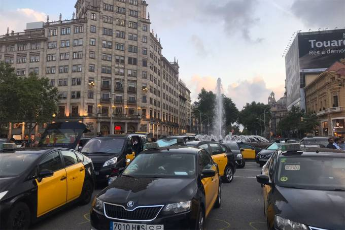 Taxistas espanhóis estacionam os carros bloqueando a via durante um protesto