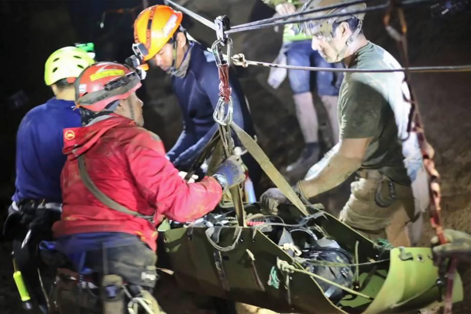 """Agentes de resgate deslocam um dos meninos do time de futebol """"Javalis Selvagens"""", em uma maca presa a cordas, para a retirada da caverna inundada - 11/07/2018"""
