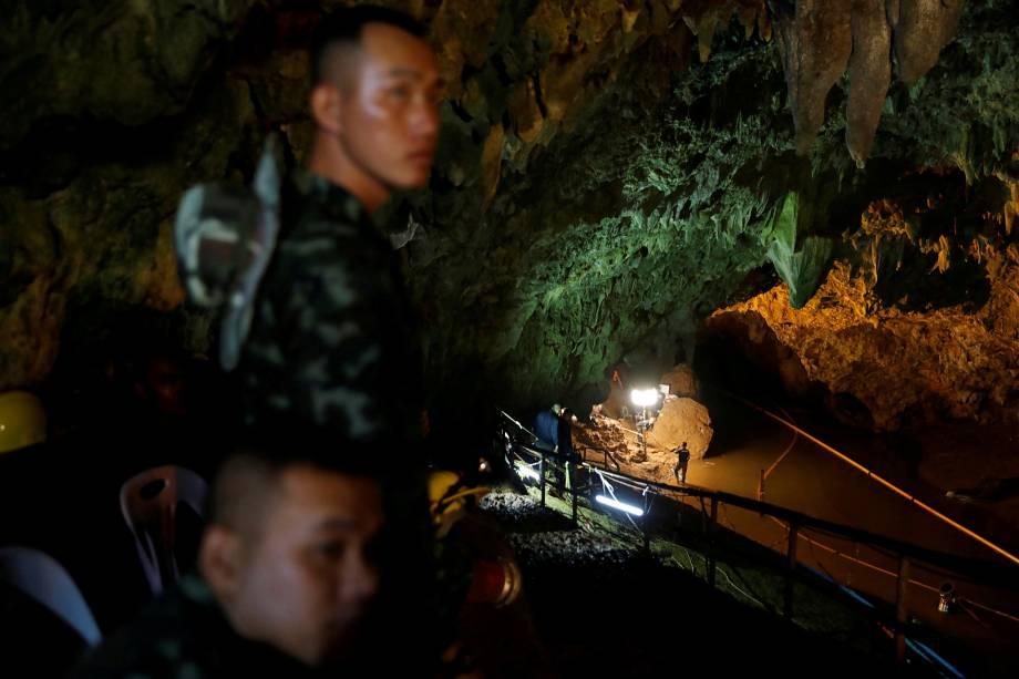 Soldados e equipes de resgate trabalham no complexo de cavernas de Tham Luang, durante buscas por membros de um time de futebol sub-16 e seu treinador - 01/07/2018
