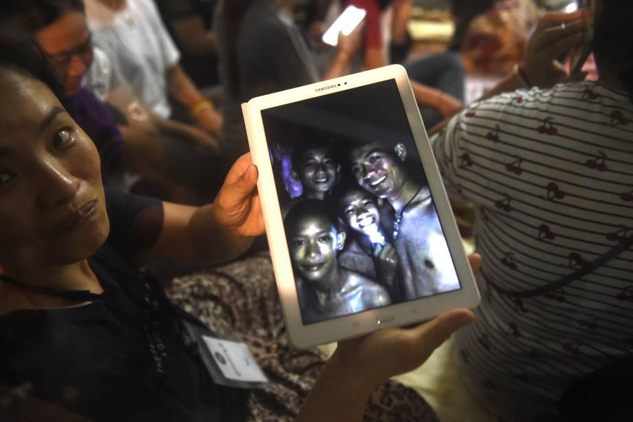 Familiar mostra foto de crianças desaparecidas em uma caverna na Tailândia, parte de um time de futebol que foram encontrados seguros após nove dias - 02/07/2018