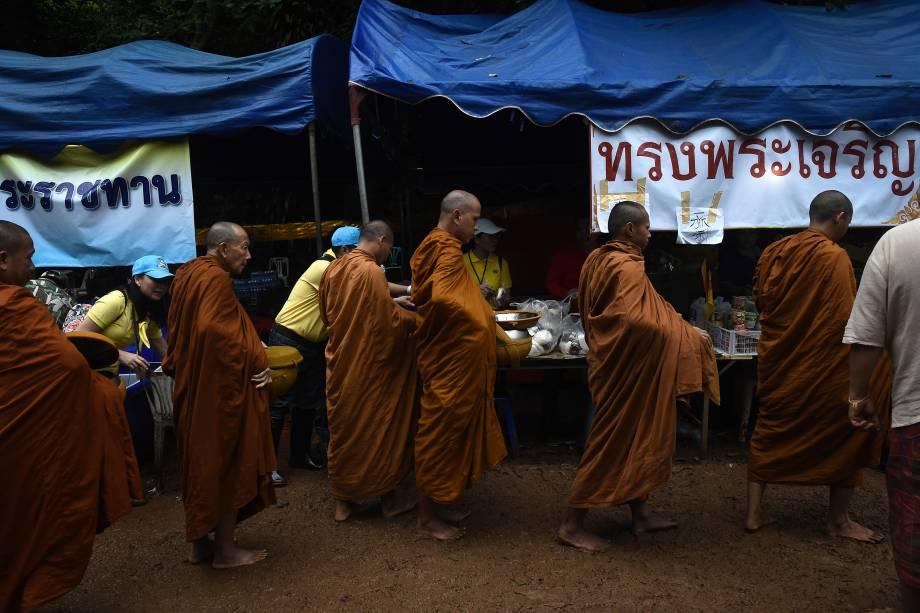 Monges budistas coletam esmolas no centro de comando perto da caverna de Tham Luang, após notícias de que todos os membros do time de futebol infantil e seu técnico estavam vivos - 02/07/2018