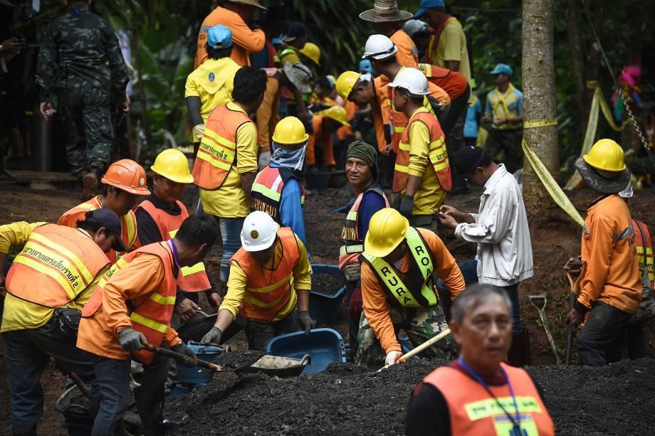 Trabalhadores trabalham na estrada que leva à caverna de Tham Luang, na Tailândia, após as notícias de que todos os membros do time de futebol infantil e seu treinador estavam vivos - 03/07/2018