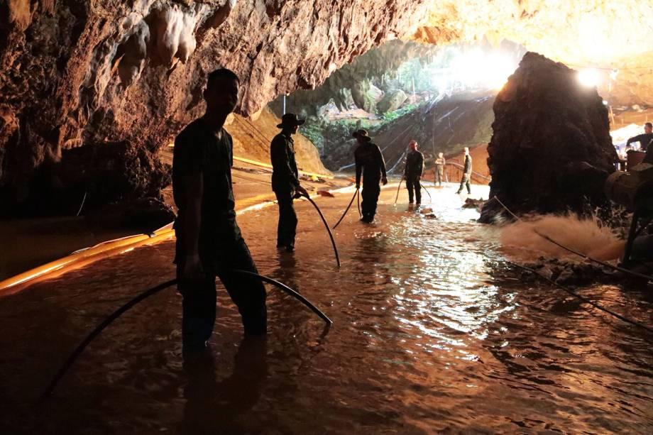 Equipes de resgate auxiliam no resgate dos 12 jovens jogadores de futebol e seu treinador, presos dentro de uma caverna inundada no complexo de Tham Luang, província de Chiang Rai, na Tailândia - 07/07/2018