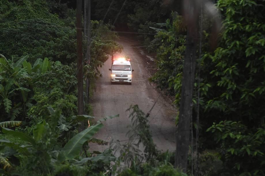 Ambulância deixa a área da caverna de Tham Luang após os mergulhadores terem evacuado alguns dos garotos de um grupo de 13 pessoas presas em uma caverna inundada na província de Chiang Rai, na Tailândia - 08/07/2018