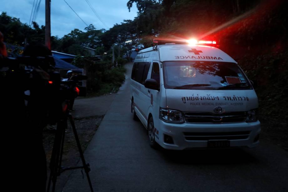 Ambulância transporta algumas das crianças resgatadas para um heliporto militar perto do complexo de cavernas de Tham Luang, na província de Chiang Rai, no norte da Tailândia - 08/07/2018