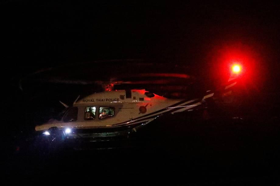 Helicóptero militar transporta as crianças resgatadas da caverna em Chiang Rai na Tailândia -  08/07/2018