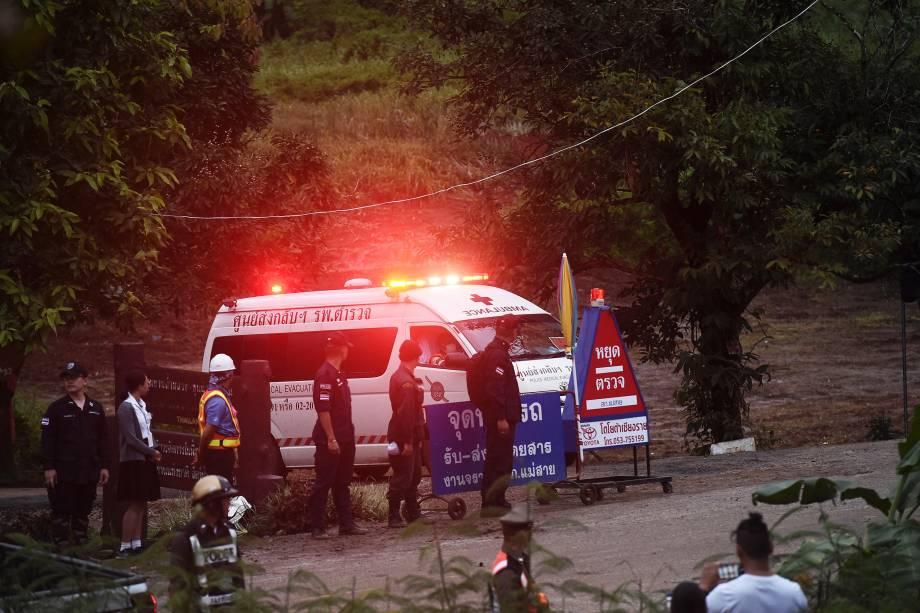 Ambulância transporta algumas das crianças resgatadas: primeiros socorros prestados na saída da caverna - 08/07/2018