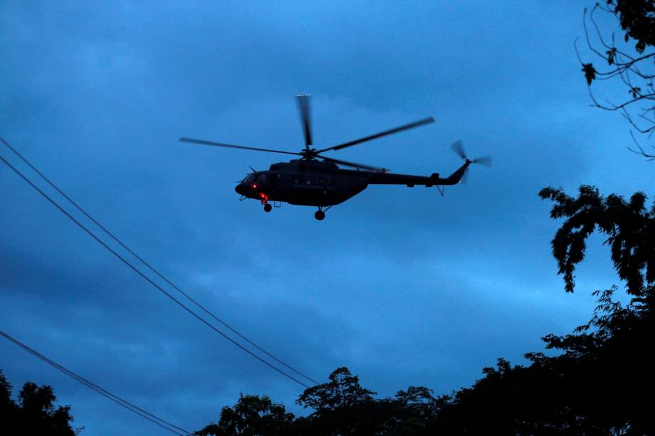 Helicóptero militar transporta os jovens resgatados do complexo de cavernas de Tham Luang, na província de Chiang Rai, norte da Tailândia - 08/07/2018