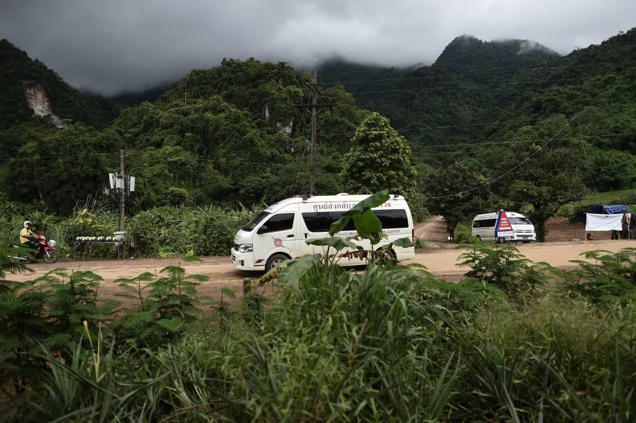 Uma ambulância sai da área da caverna de Tham Luang enquanto as operações de resgate continuam para aqueles que ainda estão presos dentro da caverna, em Chiang Rai, norte da Tailândia - 09/07/2018