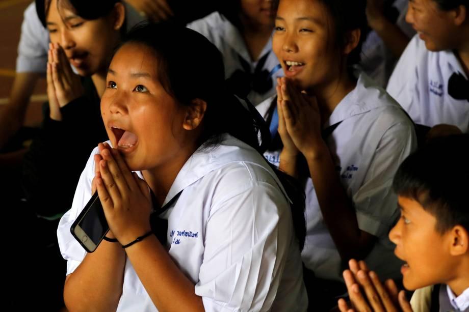 Colegas de classe rezam depois que sua professora anunciou que alguns dos 12 alunos presos em uma caverna foram resgatados na escola Mae Sai Prasitsart, na província de Chiang Rai, Tailândia - 09/07/2018