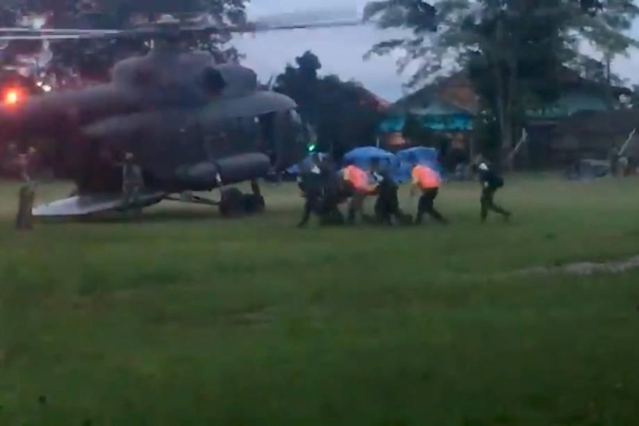 Paramédicos carregam para um helicóptero um dos meninos evacuados de uma caverna inundada, em Chiang Rai, Tailândia - 09/07/2018