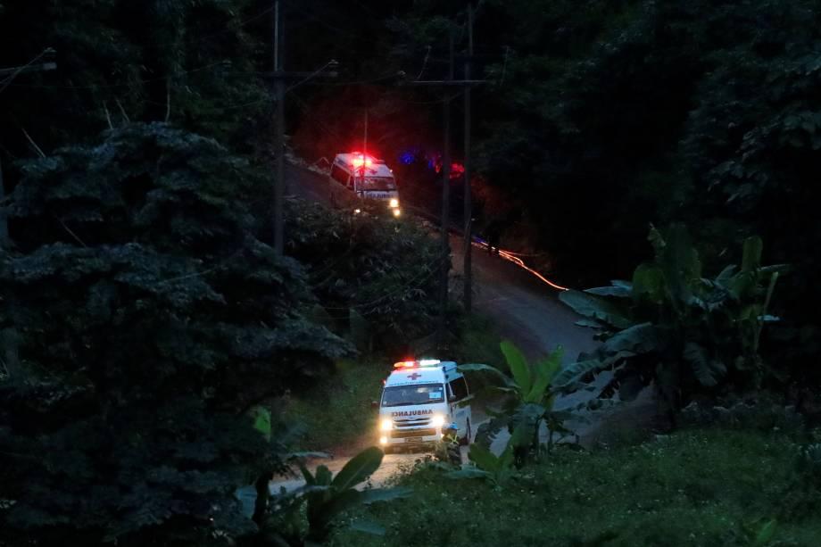 Ambulâncias partem do complexo de cavernas de Tham Luang, na província de Chiang Rai, norte da Tailândia - 09/07/2018