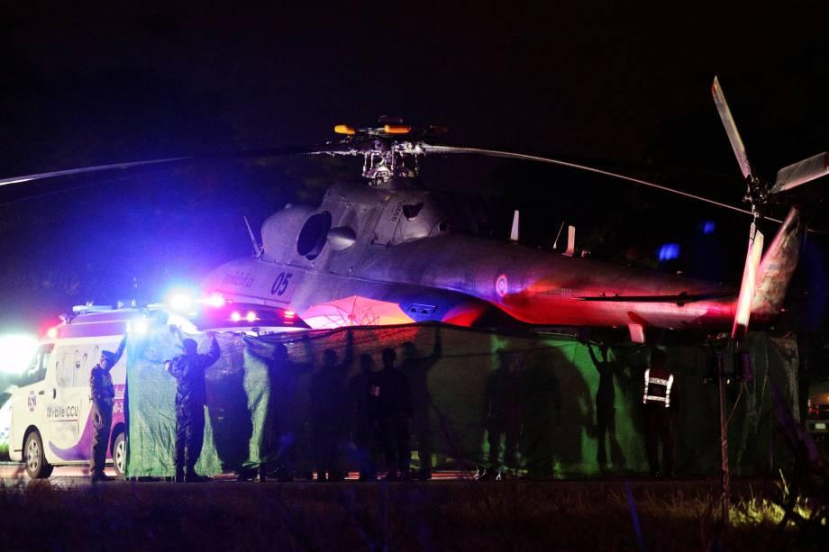 Estudantes resgatados são transferidos de um helicóptero militar para uma ambulância em um aeroporto militar em Chiang Rai, norte da Tailândia - 09/07/2018