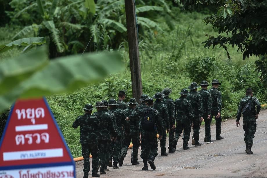 Soldados tailandeses caminham para a área da caverna de Tham Luang enquanto as operações continuam para resgate dos membros do time de futebol que ainda estão presos dentro da caverna na província de Chiang Rai, norte da Tailândia - 10/07/2018