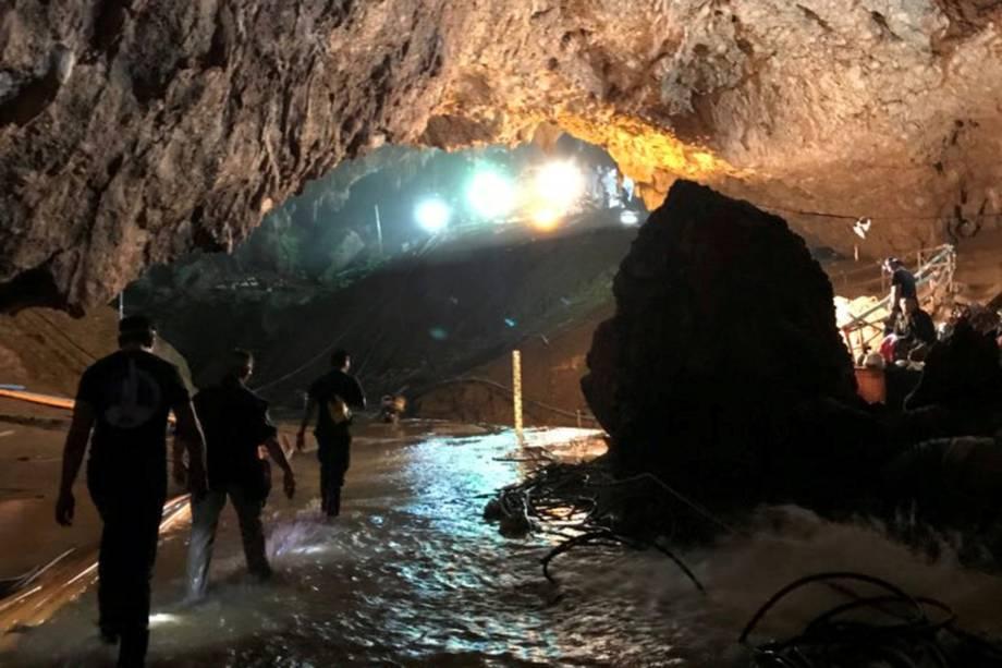 Equipes de resgate caminham em uma caverna do complexo de Tham Luang durante missão para evacuar os membros restantes de um time de futebol presos no local em Chiang Rai, norte da Tailândia - 10/07/2018