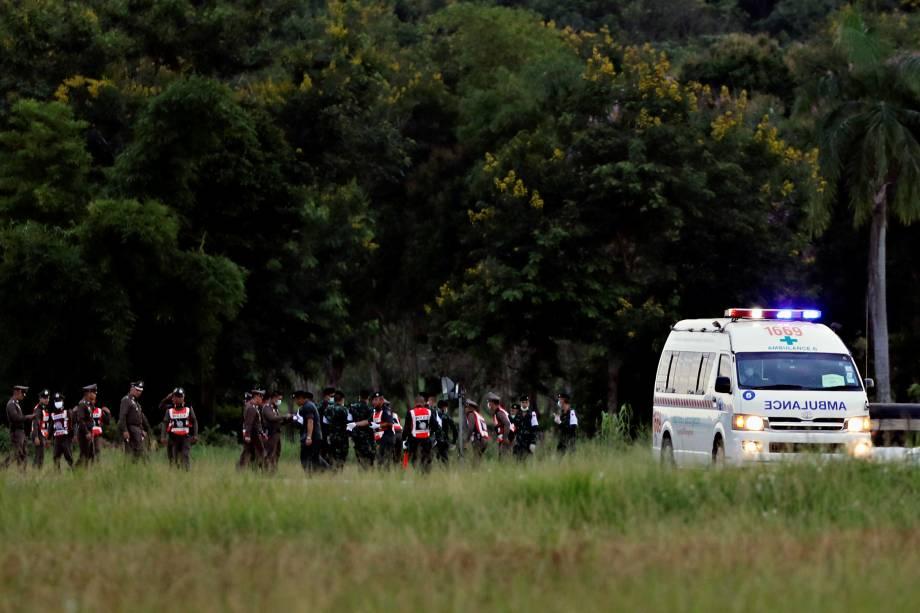 Ambulância carregando estudantes resgatados da caverna deixa o aeroporto militar em Chiang Rai, na Tailândia - 10/07/2018