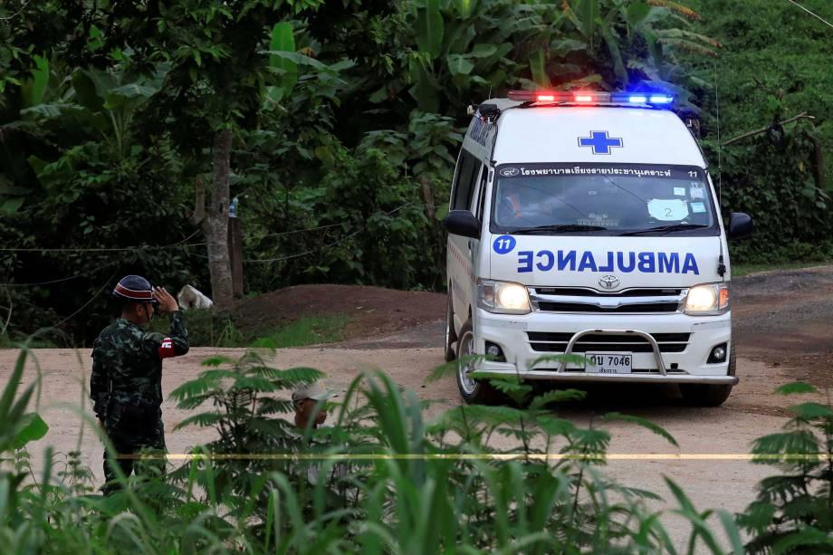 Uma ambulância aguarda pelos últimos 2 meninos a serem resgatados da caverna de Tham Luang, na Tailândia - 10/07/2018