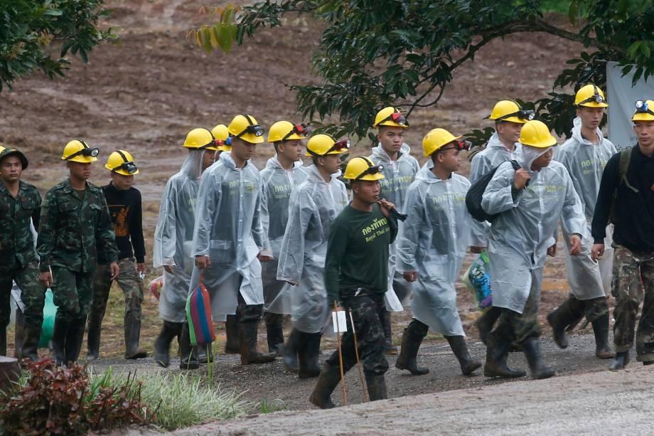 Equipe de resgate é vista à caminho da entrada da caverna de Tham Luang, onde foram salvos todos os integrantes e técnico, do time de futebol Javali Selvagens, na província de Chiang Rai, na Tailândia - 10/07/2018
