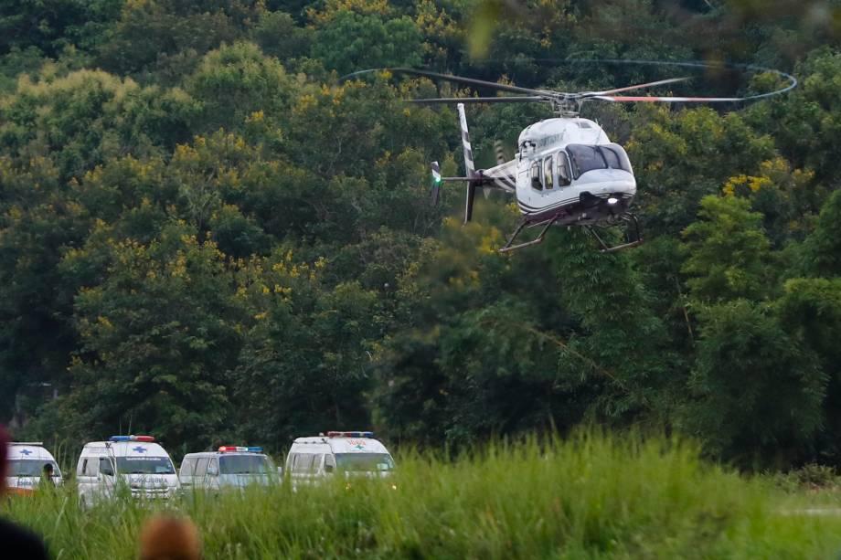 Helicóptero resgate carrega um dos últimos meninos que ficaram presos nas terras alagadas de Chiang Rai, enquanto mergulhadores continuavam evacuando mais meninos e seu treinador preso na caverna de Tham Luang, no distrito de Mae Sai, na província de Chiang Rai, norte da Tailândia - 10/07/2018