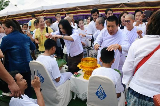 Meninos resgatados da caverna Tham Luang raspam o cabelo em cerimônia no Templo Mae Sai em Chiang Rai, Tailândia