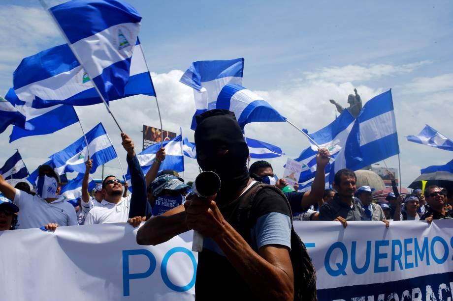 """Manifestante segura um morteiro caseiro durante marcha chamada """"Juntos somos um vulcão"""" contra o governo do presidente da Nicarágua, Daniel Ortega, em Manágua, Nicarágua - 12/07/2018"""