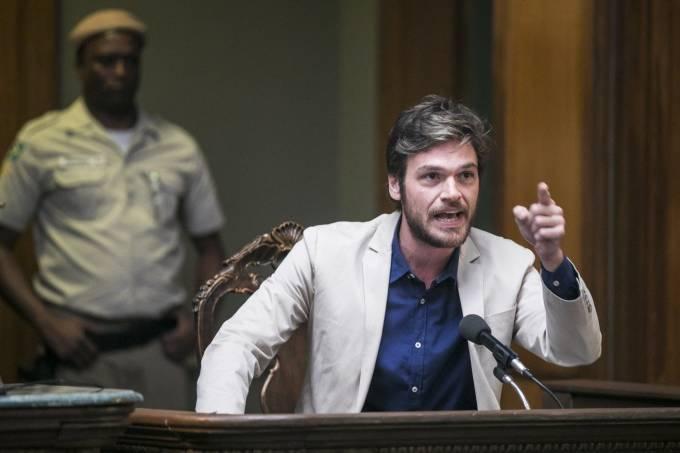 Beto Falcão (Emilio Dantas) revela que está vivo em 'Segundo Sol'