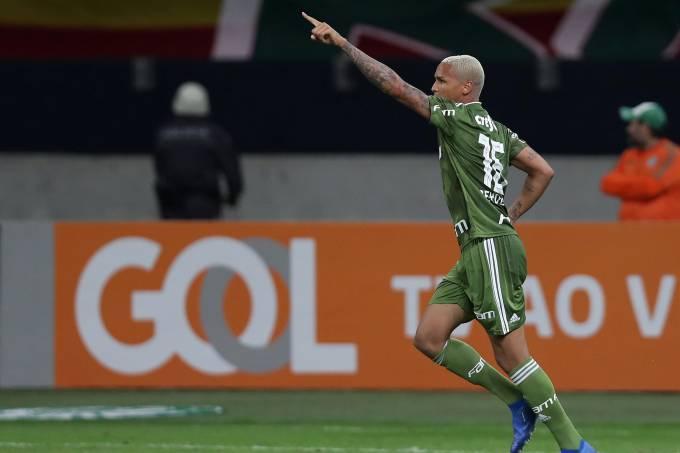 Deyverson comemora seu gol, pelo Palmeiras, contra o Vasco, no Campeonato Brasileiro