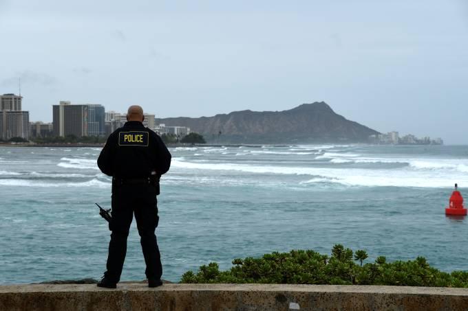 Policial de Honolulu controla condições da água com aproximação do furacão Lane