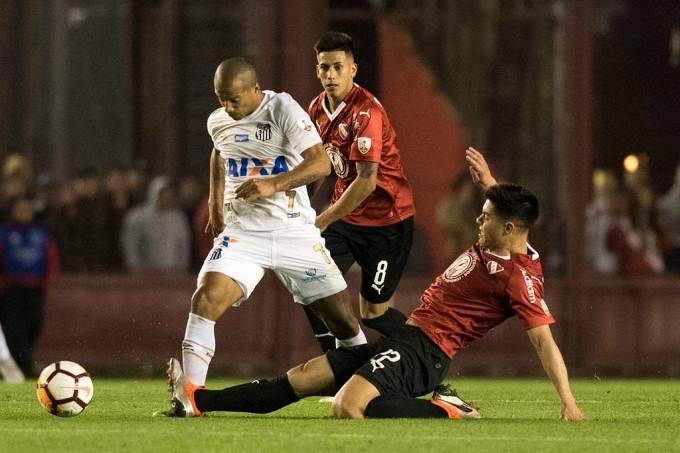 Carlos Sánchez, do Santos, em jogo contra o Independiente