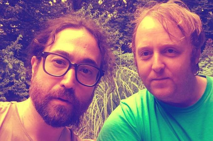Sean Lennon e James McCartney, filhos de John Lennon e Paul McCartney, respectivamente