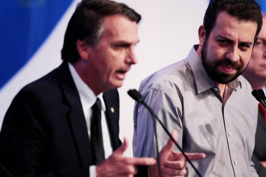 O candidato Guilherme Boulos (PSOL), observa a fala de Jair Bolsonaro (PSL), durante debate presidencial realizado na RedeTV! - 17/08/2018