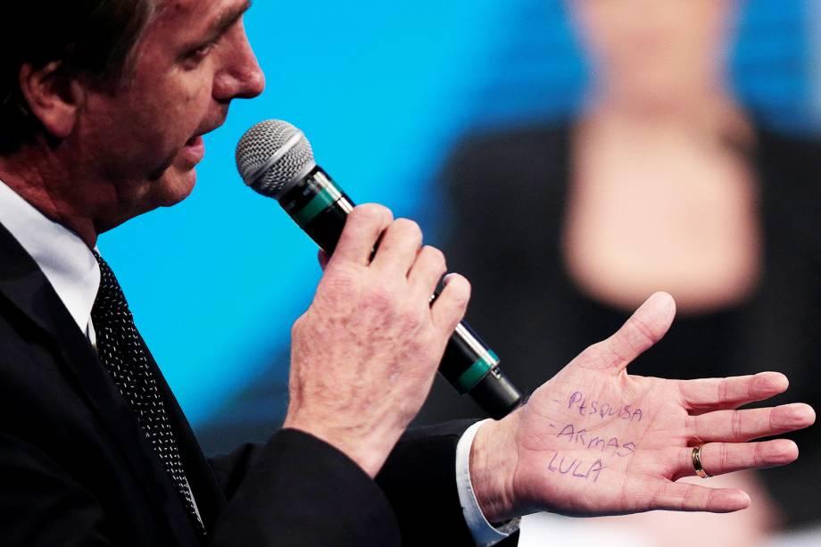 O candidato Jair Bolsonaro (PSL), faz anotações em uma das mãos, durante debate presidencial realizado pela RedeTV! - 17/08/2018