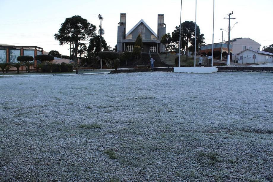 Geada congela grama em Urupema, Santa Catarina