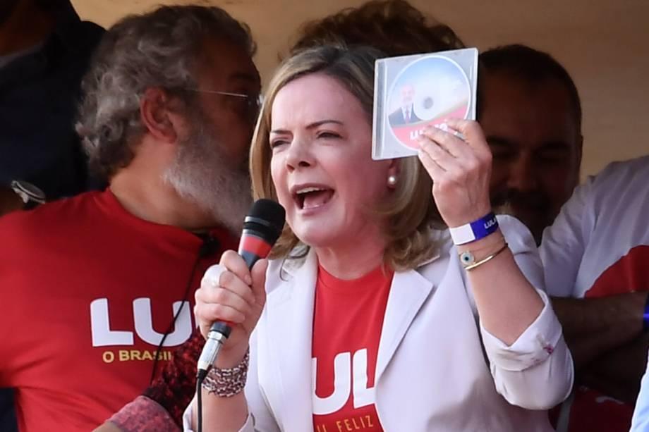 A presidente do PT, Gleisi Hoffmann, discursa momentos antes do partido registrar a candidatura do ex-presidente Lula no TSE, para concorrer ao cargo de presidente da República - 15/08/2018