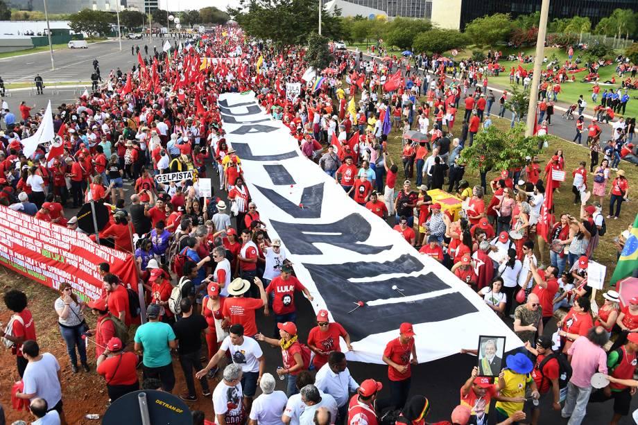 Manifestantes protestam em Brasília (DF), a favor do Partido dos Trabalhadores registrar a candidatura do ex-presidente Lula para concorrer ao cargo de presidente da República - 15/08/2018