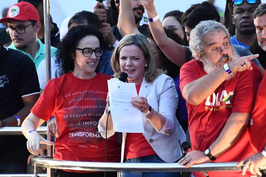 A presidente do PT (Partido dos Trabalhadores), Gleisi Hoffmann, exibe para militantes o registro de candidatura de Lula protocolado no TSE - 15/08/2018