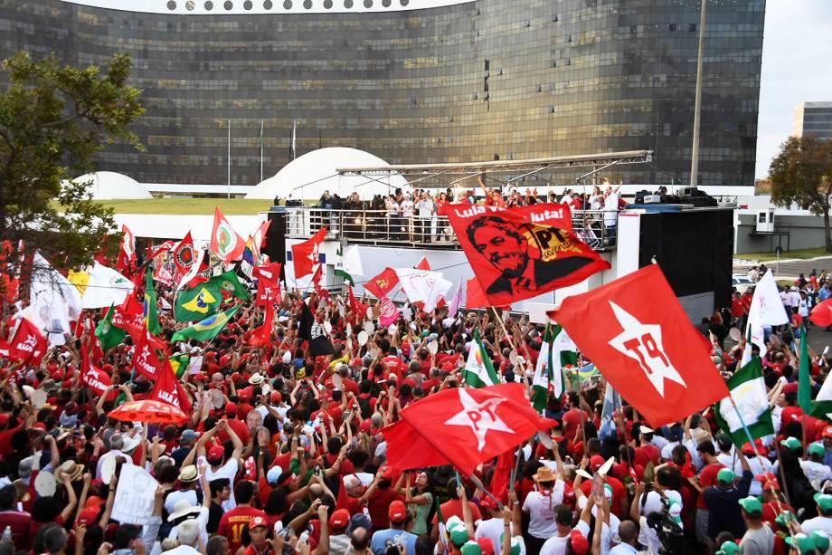 Apoiadores do ex-presidente Lula protestam em frente ao prédio do TSE (Tribunal Superior Eleitoral), momentos após o Partido dos Trabalhadores registrar a candidatura - 15/08/2018