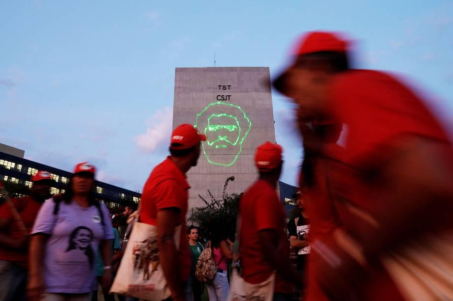 Apoiadores do ex-presidente Lula comemoram após registro de candidatura ser protocolado no TSE (Tribunal Superior Eleitoral), em Brasília (DF) - 15/08/2018