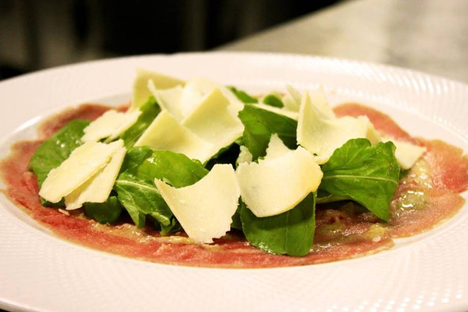 Carpaccio di manzo (carpaccio de filé-mignoncom lascas de parmesão): entrada do jantar no Gabbiano Ristorante