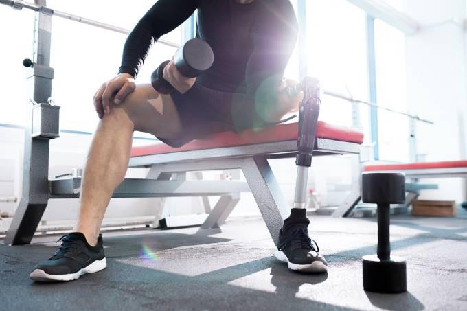 Homem com prótese na perna