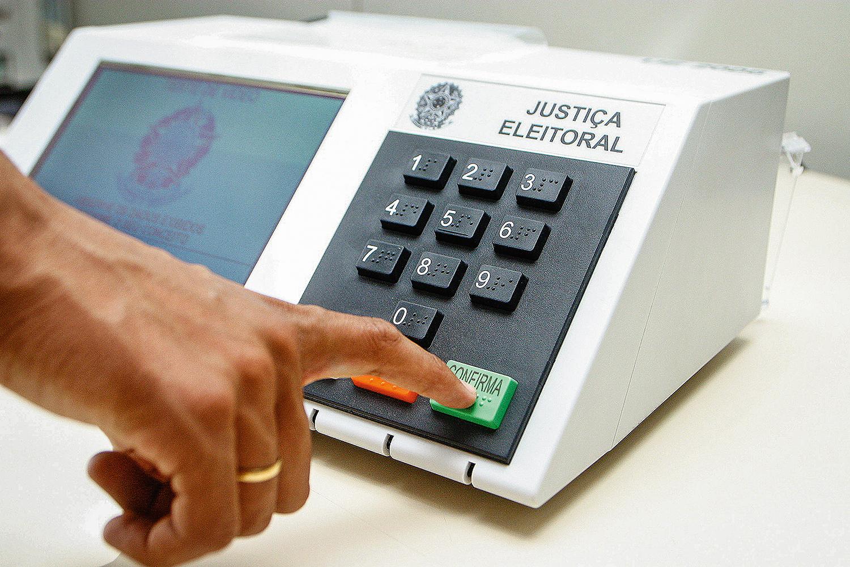 Conheça a preparação da urna eletrônica e o caminho do voto | VEJA
