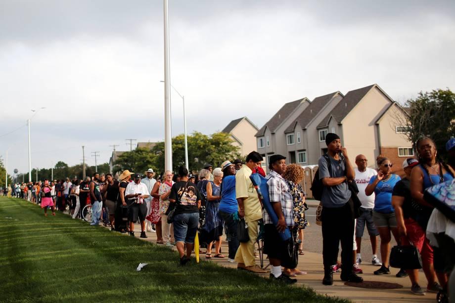 Pessoas esperam na fila, do lado de fora do Museu de História Afro-Americana Charles H. Wright, em Detroit, Michigan, onde está a falecida cantora Aretha Franklin está - 28/08/2018
