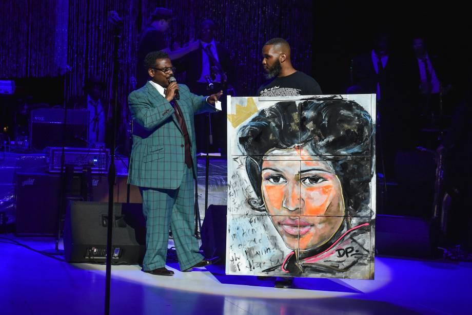 O artista Demont Pinder apresenta um retrato de Aretha Franklin durante um concerto em tributo à cantora Aretha Franklin em Detroit, Michigan - 30/08/2018