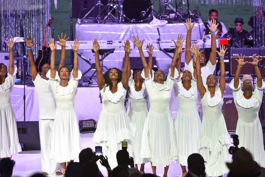 A coreógrafa Lisa McCall e um grupo de bailarinos se apresentam durante um tributo em homenagem à cantora Aretha Franklin em Detroit, Michigan - 30/08/2018
